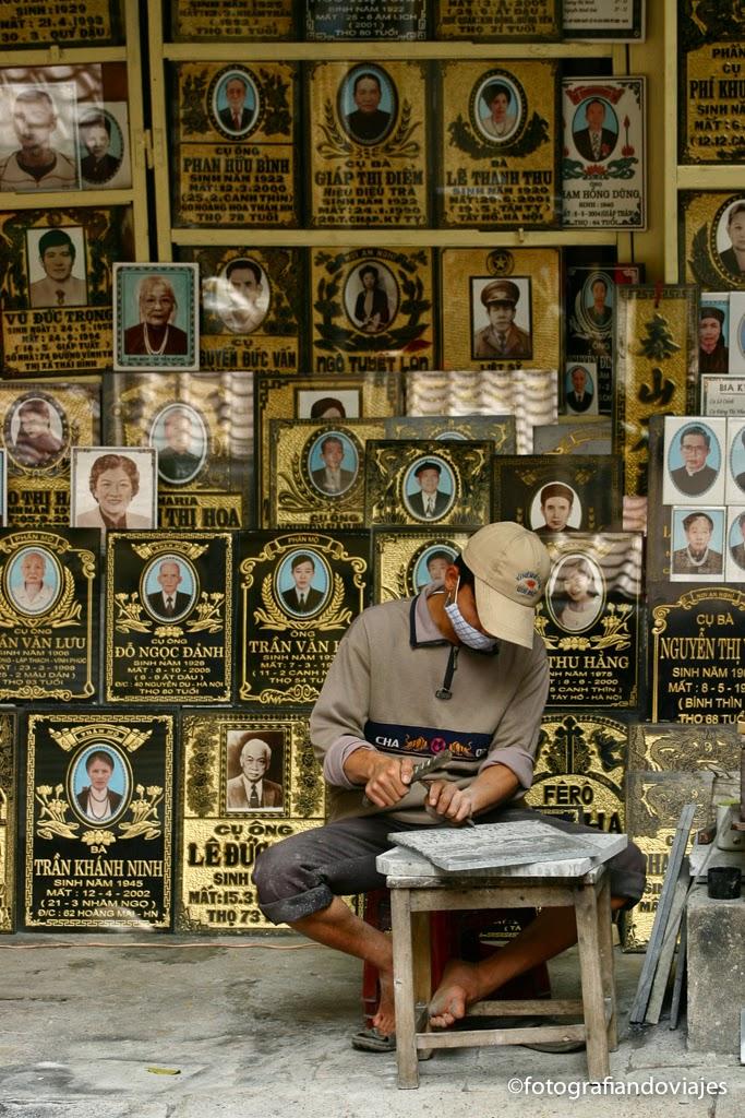 trabajador esculpiendo lápidas en el barrio antiguo de Hanoi