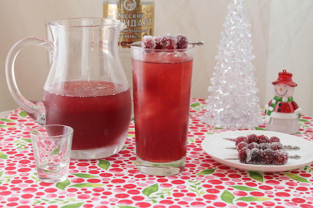 Food Lust People Love: Pretty to look at, even more delicious to sip, this mulled cranberry vodka cocktail boasts the best flavors of the season in a refreshing drink that goes down way too easy. Mix up a batch for your holiday party!