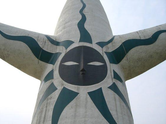 岡本太郎の名作「太陽の塔」のモデルはカラス?天照?隠された秘密とは? 【a】 黒い太陽  「過去」を表す