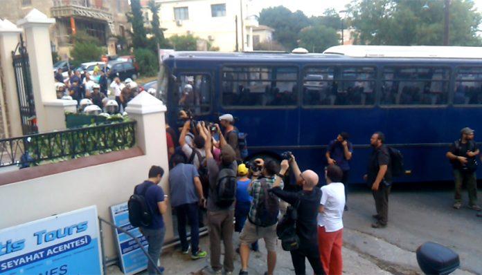 Οδηγούν 5 νέους στα δικαστήρια για τα επεισόδια στην Μυτιλήνη – Οργή από τους γονείς – Δεν μας αφήνουν να τους πάρουμε τηλέφωνο