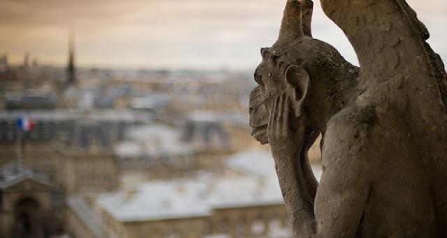 Chimère qui observe Paris et ses changements
