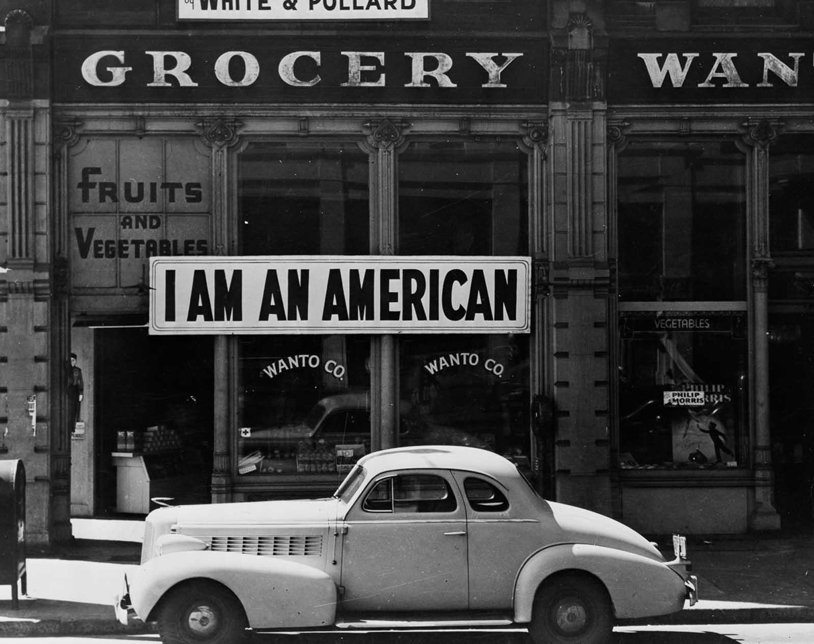 Esta tienda, propiedad de un hombre de ascendencia japonesa, se cierra tras las órdenes de evacuación en Oakland, California, en abril de 1942. Después del ataque a Pearl Harbor, el propietario había colocado el