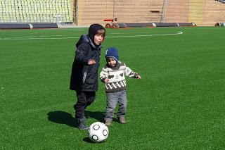 Izan y Joel jugando a fútbol en el Olympiastadium.