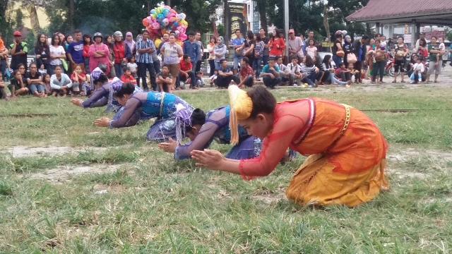 Persembahan Tarian Simalungun dari yayasan Museum Simalungun pada HUT kota Pematangsiantar ke 145 tahun di lapangan H.Adam Malik, Sabtu 24 April 2016.