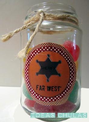 Bote de cristal decorado con cuerda y etiqueta con la temática de la fiesta