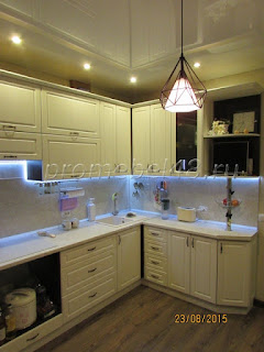 Белая красивая кухня