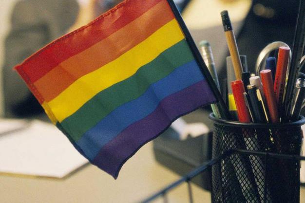 Homens gays ganham 10% mais que homens héteros, afirma pesquisa