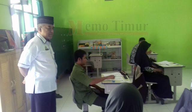 Siswa-siswi SMALB mengikuti ujian nasional