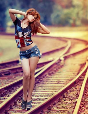 chica vias del tren