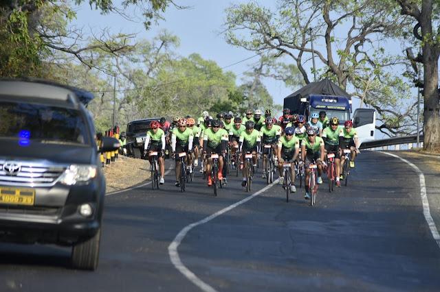 Ribuan peserta Gowes Merah Putih melintasi jalur Situbondo - Banyuwangi