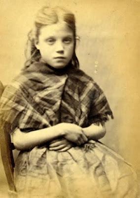 Ellen Woodman, de 11 años de edad, condenada en la Inglaterra victoriana (sobre 1870) a trabajos forzados por robar hierrro