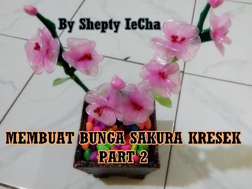 Tancapkan ranting bunga yang telah dirangkai ke dalam pot yang telah diisi  dengan batu hias. Bunga sakura dari kantong plastik (kresek) siap menghiasi  meja ... b4f75ab1d0