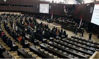 perbedaan presidensial dan parlementer wikipedia,pengertian presidensial dan parlementer,perbedaan parlementer presidensial dan referendum,perbedaan sistem parlementer dan presidential,