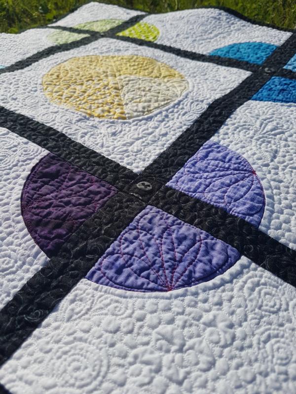 4 Corners mini quilt | DevotedQuilter.blogspot.com #quilt #miniquilt #modernquilt #quilting #flowquilting #fmq