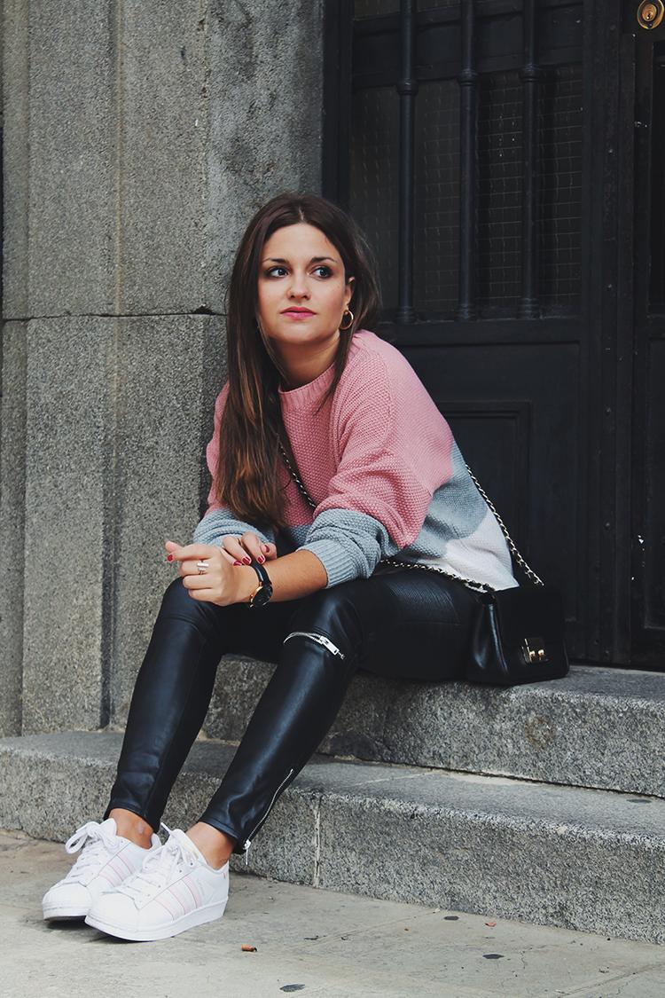 jersey rosa pantalones cuero zapatillas