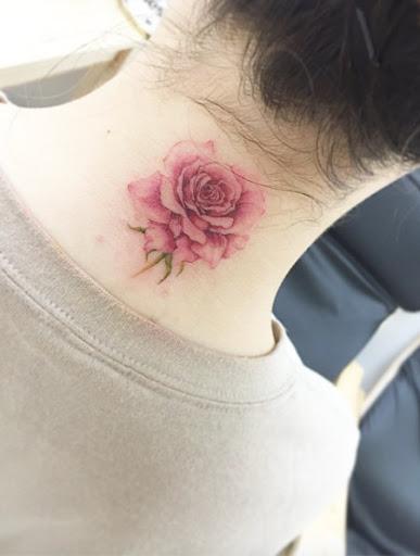 Este lindo de trás do pescoço de rose tattoo