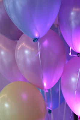 Luftballons Pastell und Vintage Hochzeit in zarten Regenbogenfarben, Riessersee Hotel, Garmisch, Bayern, vintage lake-side wedding in pastel colours, Germany, Bavaria, wedding destination