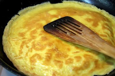 Tips dan cara membuat telur dadar yang sempurna (tidak hancur pada saat dibalik)