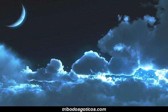 lua minguante noite escura nuvens ceu azul