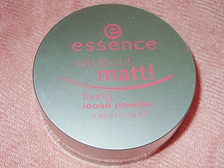 All about matt! Fixing Loose Powder, transparentny puder matujący sypki, Essence