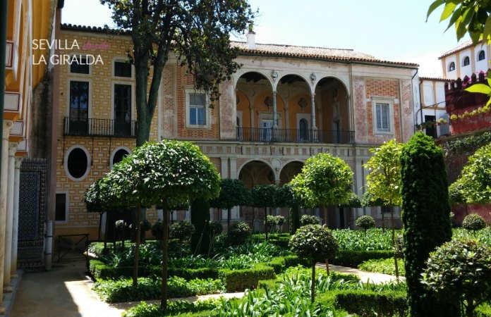 Jardín pequeño del Palacio de San Andrés de Sevilla.