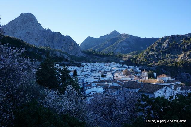 vista do pueblo blanco de Grazalema aninhado nas colinas ao redor