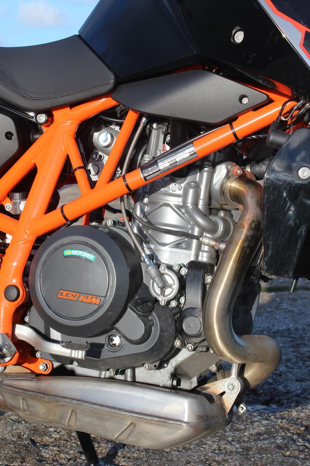 23c13c7d777 KTM 690 Duke on särtsaka välimusega kerge mehine ühesilindriline  naked-ratas. See teeb mehist häält ja vibreerib, aga sellegipoolest pakub  palju ehedat ...
