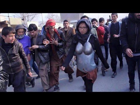 اللهم اهد شبابنا واحفظ اعراضنا وبناتنا ياالله....شاهد كيف حمت هذه الفتاة نفسها من التحرش