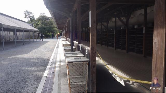 Penitipan Sepatu untuk Rombongan di Nijo Castle