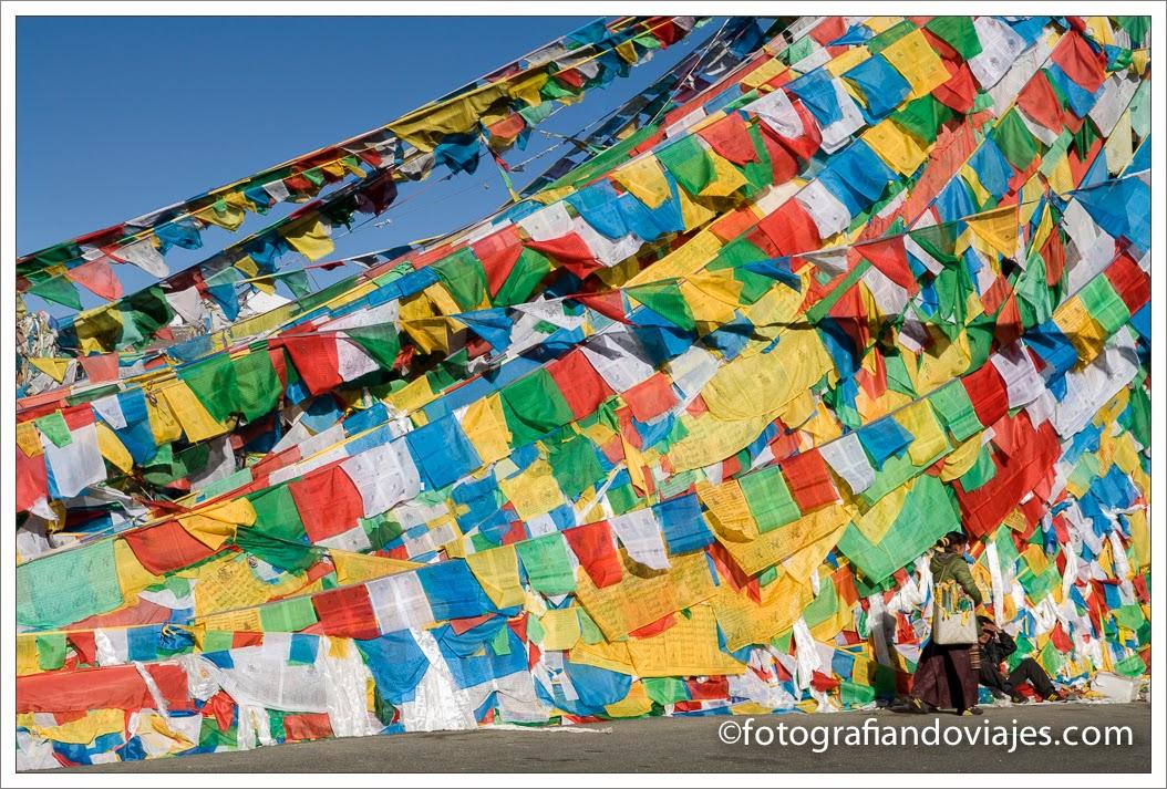 miles de banderas de oración en Tibet