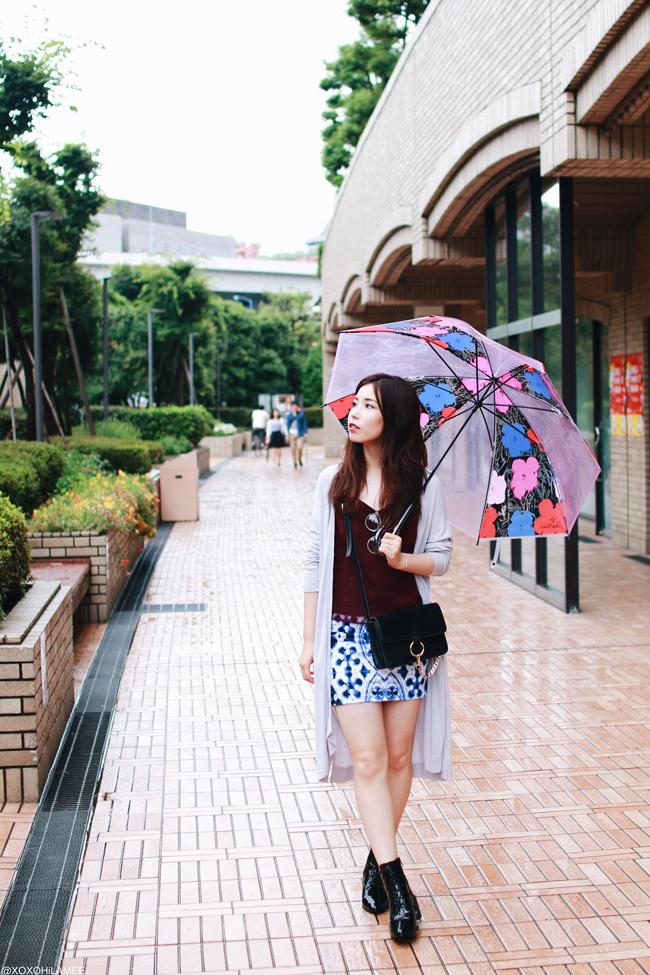 ファッションブロガー日本人、今日のコーディネート、マウジーロングカーディガン、シースルーキャミソール、タイル柄タイトスカート、レースアップブーツ、伊達眼鏡、傘 カジュアルロックスタイル