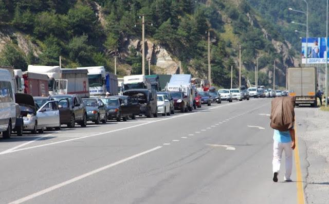 Miles de camiones armenios en la frontera entre Georgia y Rusia