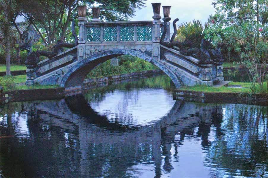 Jembatan Kolam Ikan Tirta gangga