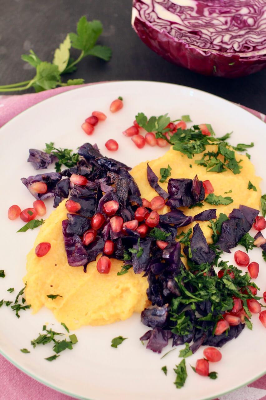 Cremige Polenta mit Rotkraut und Granatapfel