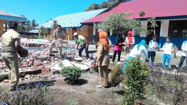 Takut Merusak Sekolah, Pohon Kelapa Di SMPN 1 Patamuan Ditumbangkan
