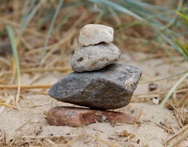 3 weitere Strandspiele, für die Ihr nichts als Eure Hände braucht - plus eine witzige Extra-Idee. Türme aus Steinen bauen macht Spaß - nur dürfen sie nicht umstürzen!