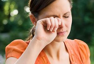 ¿Cómo reacciona el sistema inmunitario de una persona alérgica en un intento de proteger al cuerpo contra algo que percibe como amenaza?