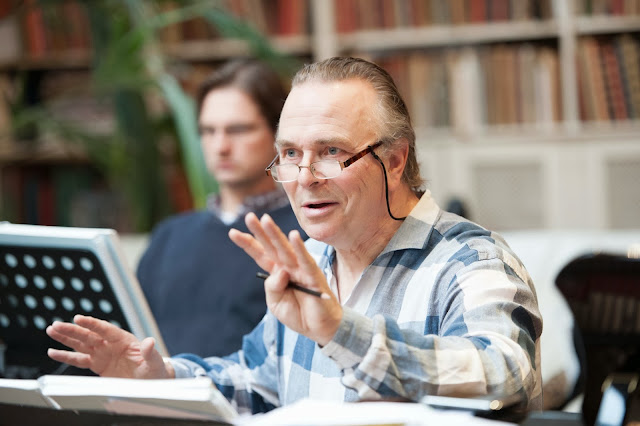Sir Mark Elder rehearsing Offenbach's Fantasio at Opera Rara's studio (Photo Russell Duncan)