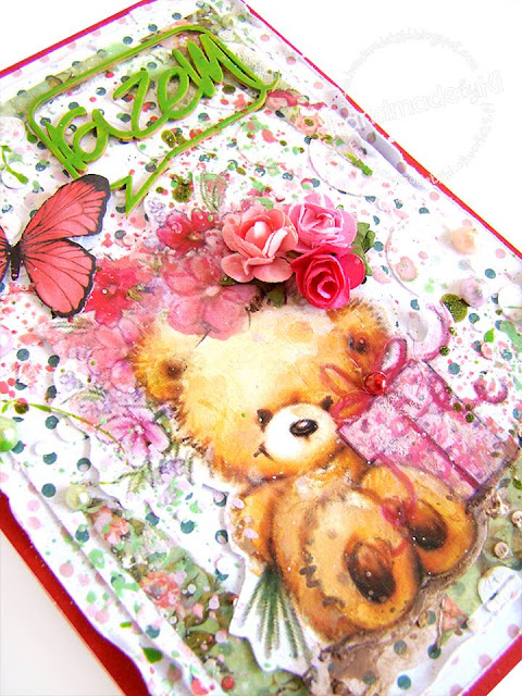 miś z kwiatkami na urodzinowej kartce