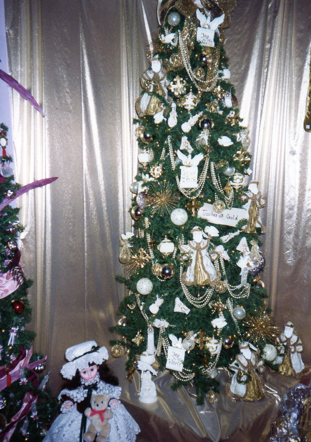 urbanchristmas decorating ideas: What goes under the ...