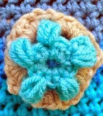 http://translate.google.es/translate?hl=es&sl=en&tl=es&u=http%3A%2F%2Fmymerrymessylife.com%2F2012%2F06%2Fcrochet-puff-flower-motif-free-crochet-pattern.html