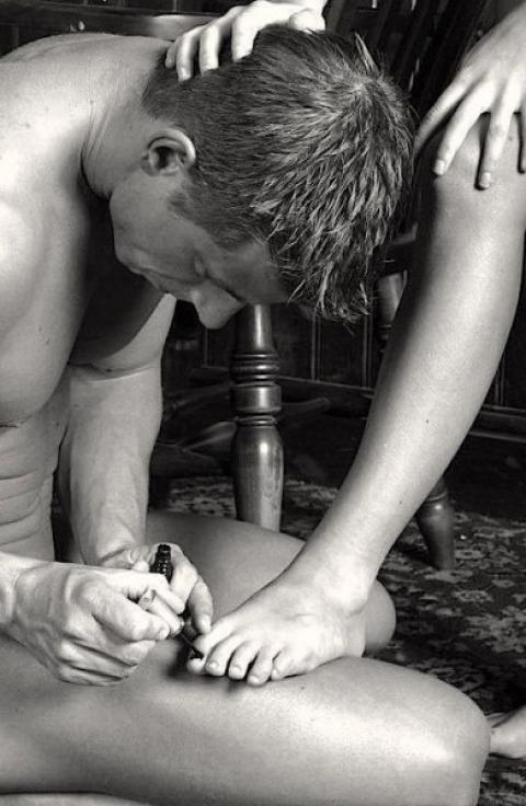 Раб делает массаж ноги госпоже