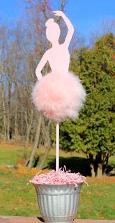 Idee decor intrare sala botez fetita cu decupaj balerina si fusta tull roz