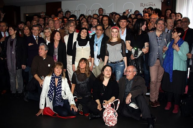 Foto de grupo escritores Sant Jordi 2012 y entrevista a Roser Amills por Judit Pedrós