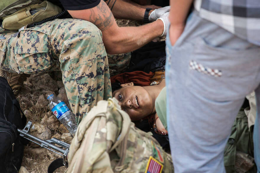 Powerful Heart-Breaking Pictures Of The Battle Of Mosul - American and Burmese medics fail to recuscitate a sniper victim