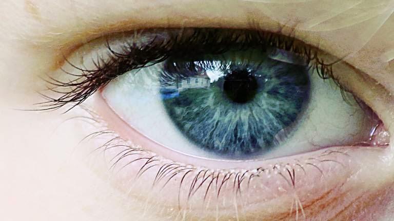 Occhio azzurro in primo piano