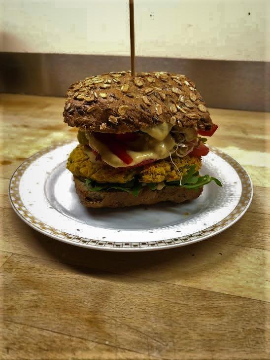 Zdrowy, wegański burger z ciecierzycy z okazji Międzynarodowego Dnia Bez Diety.