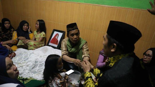 Potret Pilu Ustadz Maulana dan 4 Anaknya Tidur di Samping Jenazah Hajjah Nualiyah
