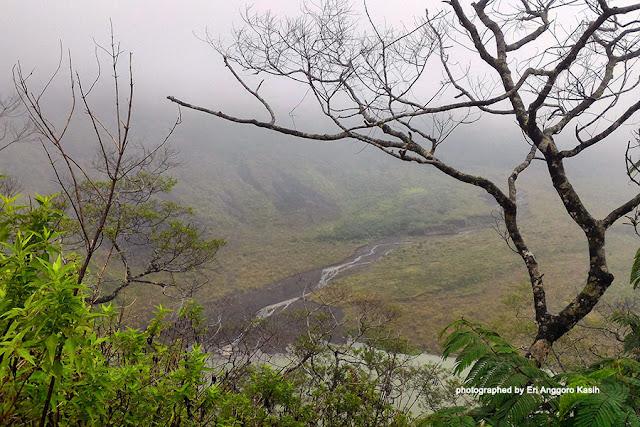 Aliran sungai dari air terjun menuju kawah Gunung Galunggung.