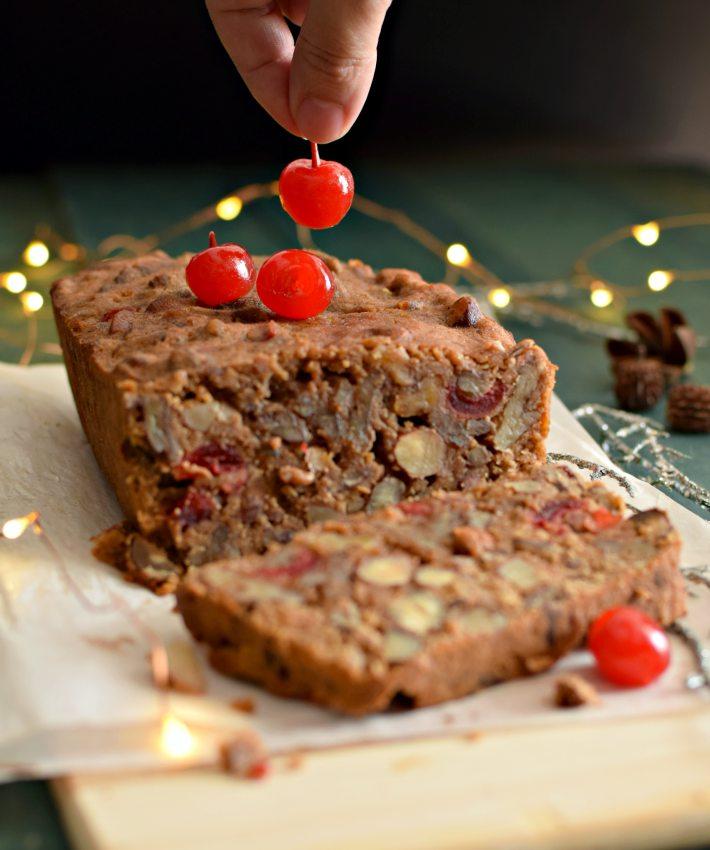 Torta de frutos secos, especial para navidad, agregando las cerezas para decorarla